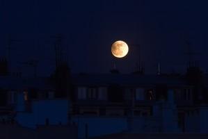 Eclipse partielle de pleine Lune sur les toits de Paris