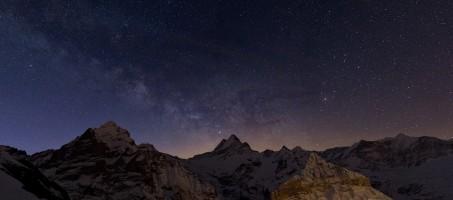 Voie Lactée sur le Wetterhorn, le Schreckhorn, le Finsteraarhor